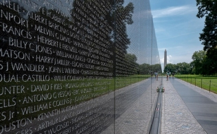 Vietnam_Memorial_Wall_with_Washington_Monument